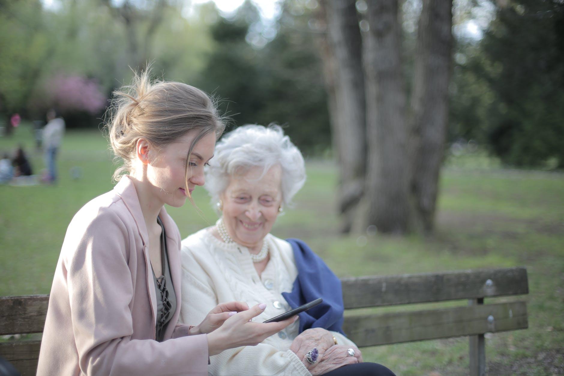 Ikäihmisten yksinäisyyttä lievittämässä – yksi seniori kerrallaan experience image